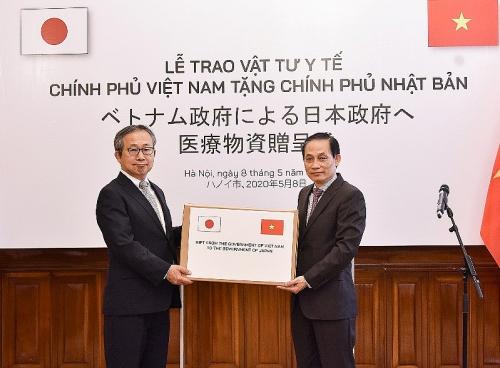 Trao tượng trưng hỗ trợ vật tư y tế tới Chính phủ và nhân dân Nhật Bản