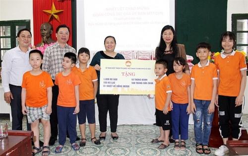 Lãnh đạo Mặt trận thành phố thăm, tặng quà Trường Phổ thông cơ sở dân lập dạy trẻ câm điếc Hà Nội