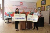 Lãnh đạo Mặt trận Tổ quốc thành phố thăm, tặng quà trẻ em mồ côi tại chùa Bồ Đề