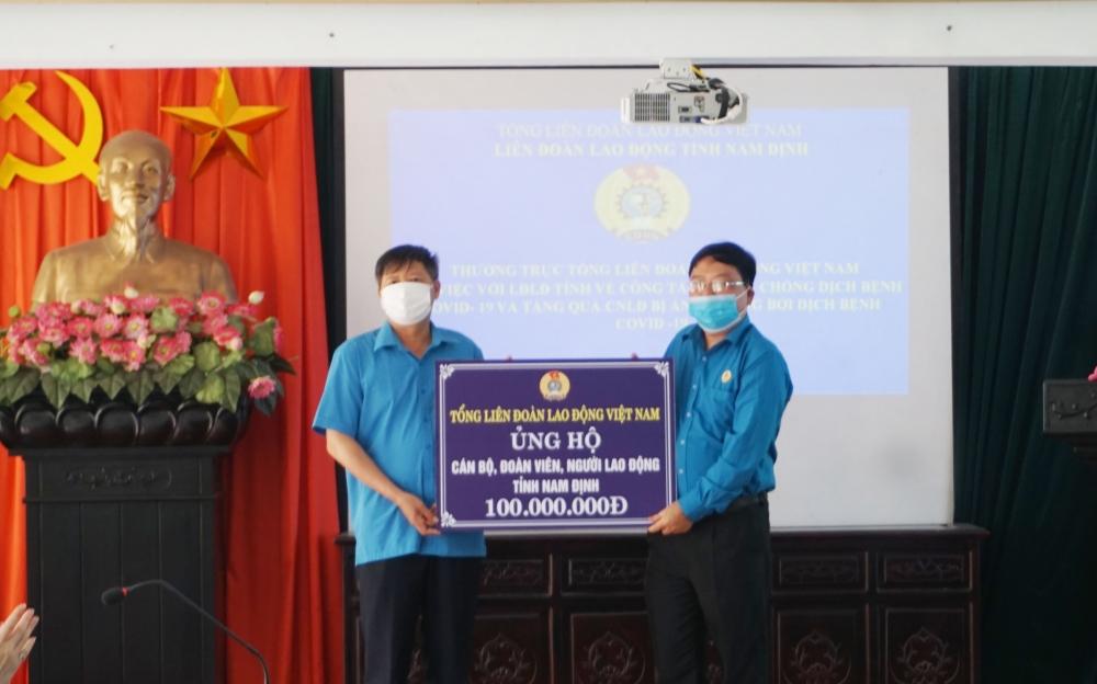 Tổng Liên đoàn Lao động Việt Nam trao 100 triệu đồng hỗ trợ đoàn viên, người lao động tỉnh Nam Định