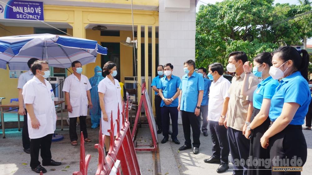 Tổng Liên đoàn Lao động Việt Nam trao 700 triệu đồng hỗ trợ đoàn viên, người lao động