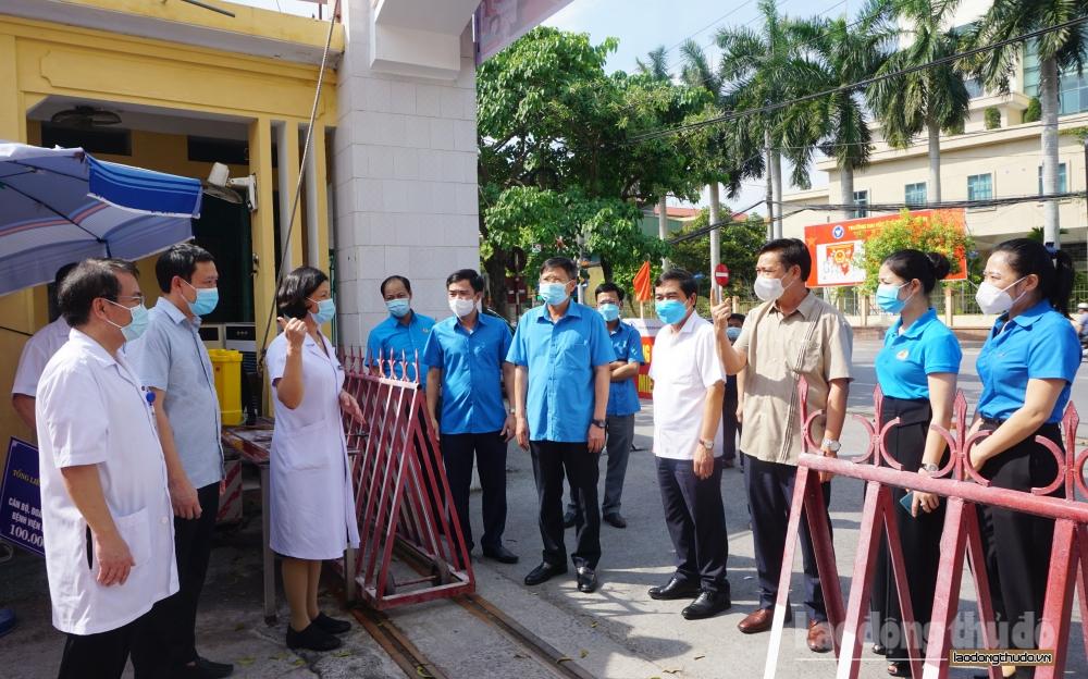 Phó Chủ tịch Tổng Liên đoàn Phan Văn Anh trao 100 triệu đồng tới đoàn viên tuyến đầu chống dịch tỉnh Thái Bình