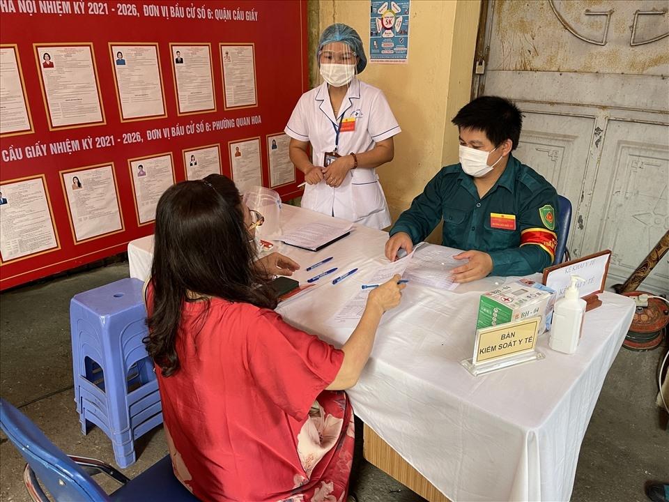 Chủ tịch Tổng Liên đoàn Lao động Việt Nam Nguyễn Đình Khang thực hiện quyền công dân tại quận Cầu Giấy