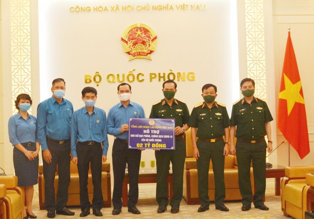 Chủ tịch Tổng Liên đoàn Lao động Việt Nam Nguyễn Đình Khang trao 2 tỷ đồng, tri ân tuyến đầu chống dịch