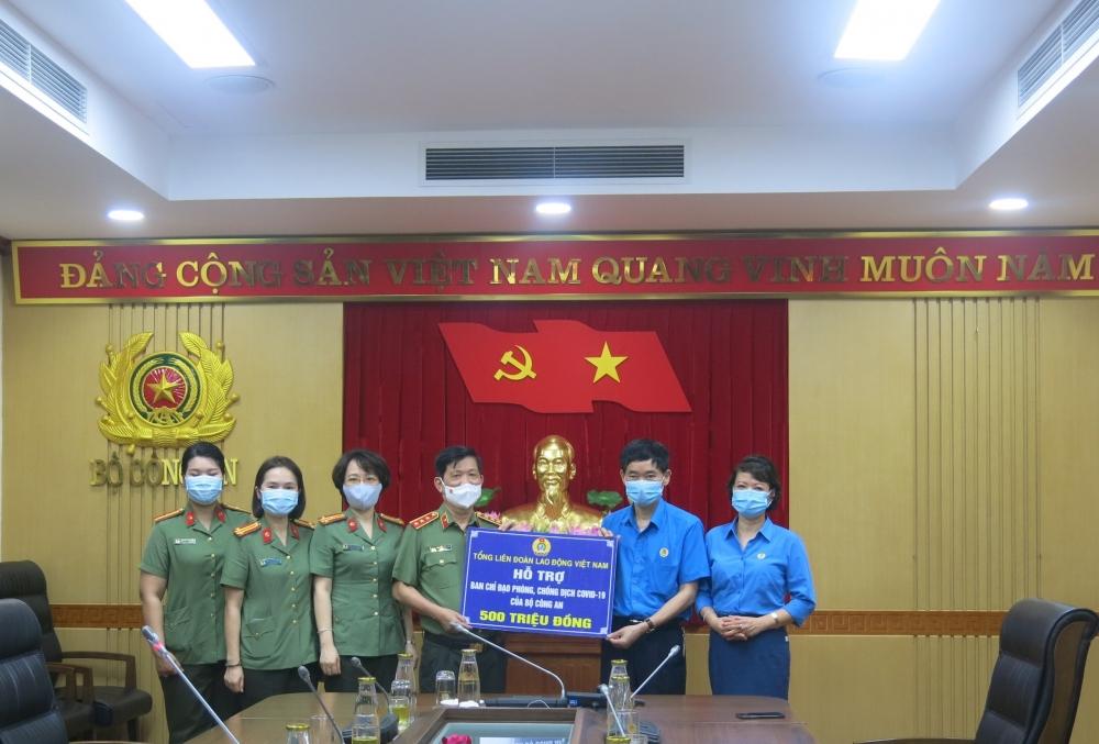 Tri ân sự hy sinh, đóng góp của lực lượng Công an trong phòng, chống dịch
