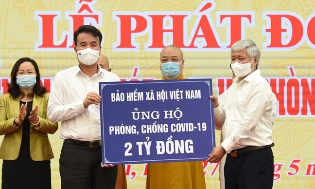 Bảo hiểm xã hội Việt Nam trao 2 tỷ đồng ủng hộ công tác phòng, chống dịch Covid-19