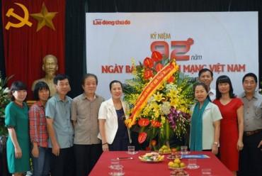 Phó Chủ tịch Nguyễn Thị Thu Hồng chúc mừng báo Lao động Thủ đô