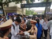 """Cảnh sát giao thông Hà Nội """"tiếp nước"""" giúp sĩ tử vượt vũ môn"""