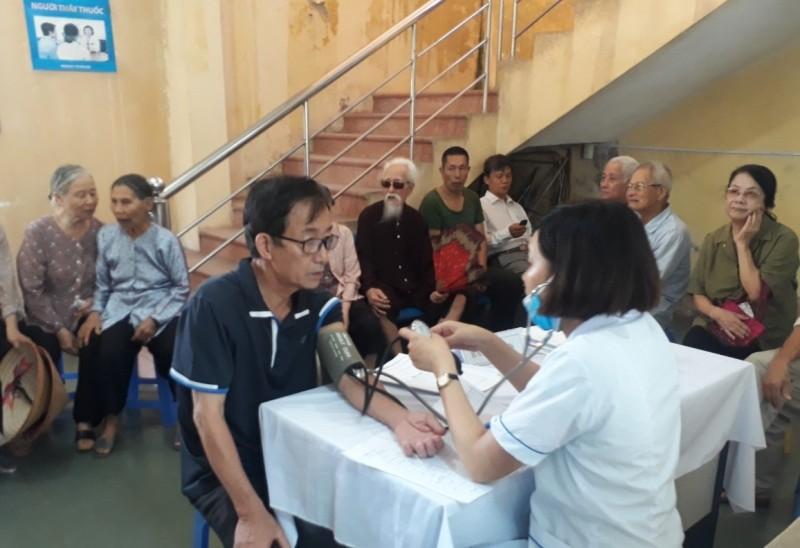 Phường Việt Hưng: Khám, phát thuốc cho gần 200 người có công với cách mạng
