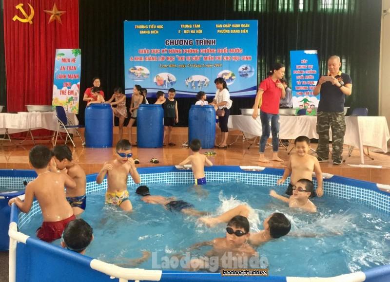 """Phường Giang Biên: Khai giảng lớp học """"Bơi tự cứu"""" miễn phí cho học sinh"""