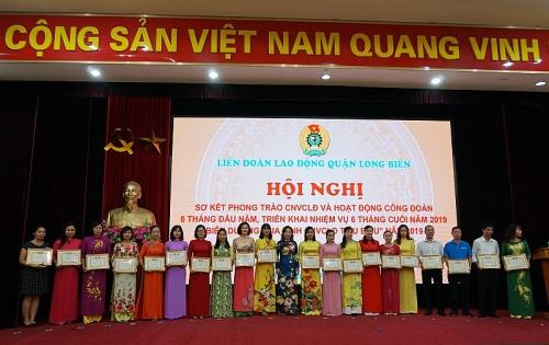 LĐLĐ quận Long Biên: Biểu dương, khen thưởng 123 gia đình CNVCLĐ tiêu biểu