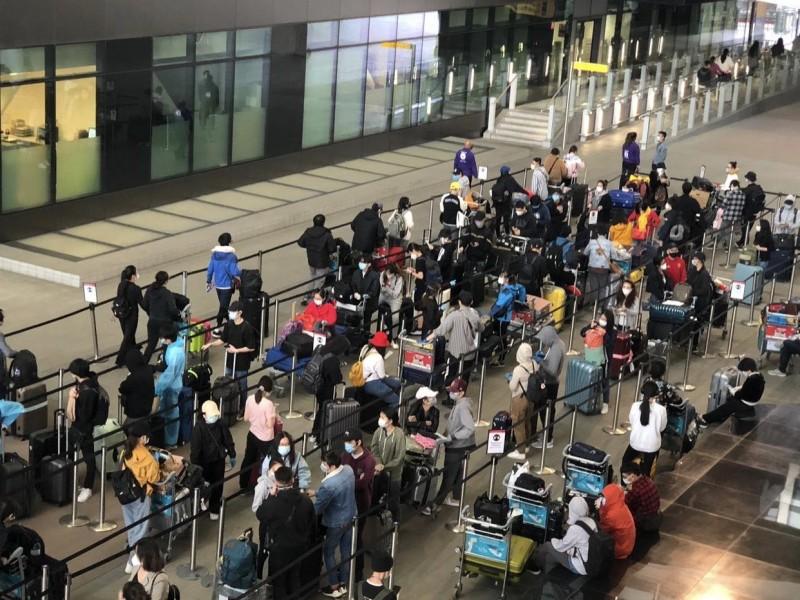 Việt Nam đưa gần 340 công dân từ Anh về nước an toàn