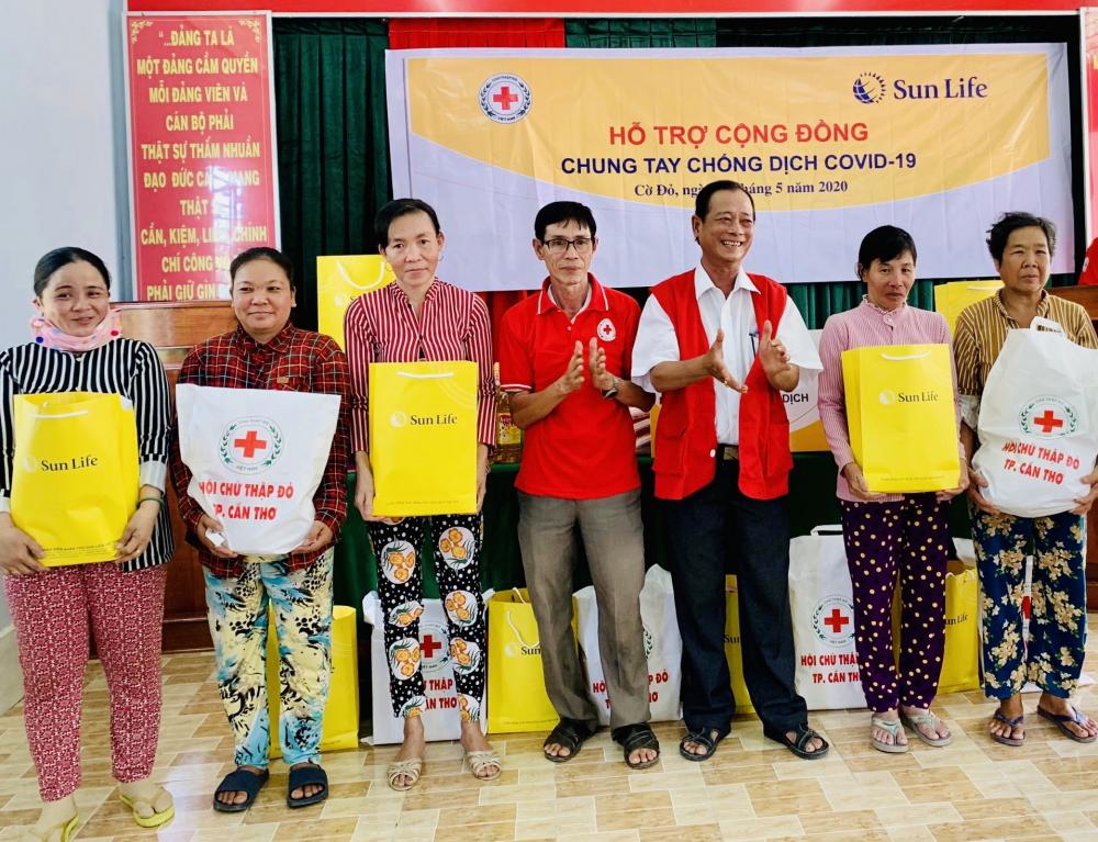 Sun Life Việt Nam trao quà cho các gia đình bị ảnh hưởng bởi dịch Covid-19