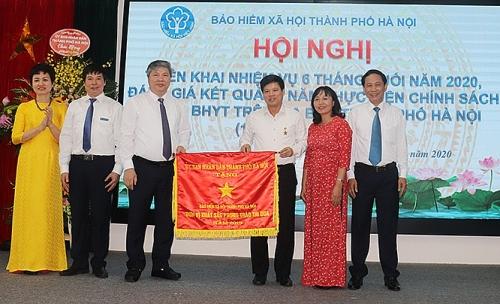 Bảo hiểm xã hội thành phố Hà Nội đón nhận Cờ đơn vị xuất sắc phong trào thi đua