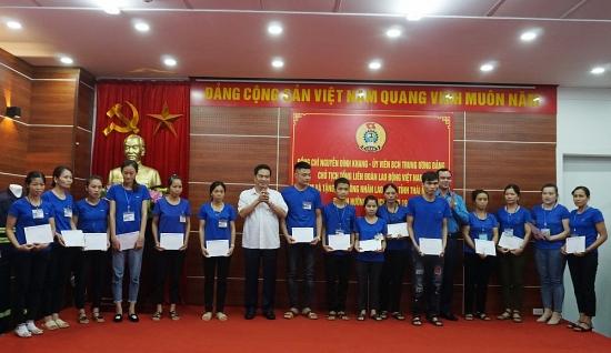 Chủ tịch Tổng Liên đoàn Nguyễn Đình Khang thăm, tặng quà công nhân lao động tỉnh Thái Nguyên