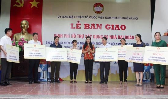 Bàn giao kinh phí hỗ trợ xây dựng 90 nhà Đại đoàn kết tới hộ nghèo 8 huyện