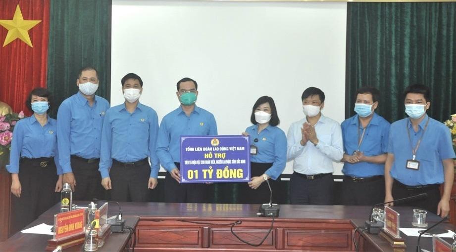 Tổng Liên đoàn Lao động Việt Nam trao 3,4 tỷ đồng hỗ trợ công nhân lao động tỉnh Bắc Ninh và Bắc Giang