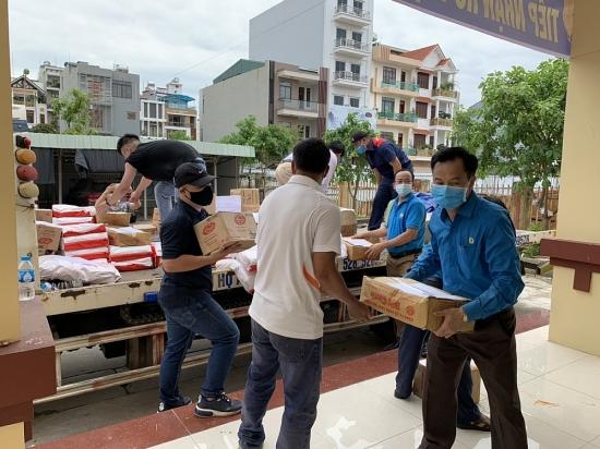Báo Lao động Thủ đô và Nhóm từ thiện Mai Vàng hỗ trợ quà cho công nhân tỉnh Bắc Giang trị giá 50 triệu đồng