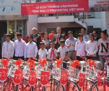 Prudential tặng 30 xe đạp tới học sinh nghèo huyện Sóc Sơn