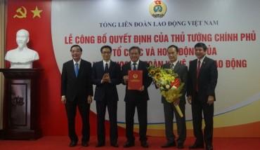 Trao Quyết định cho Viện đầu ngành về an toàn vệ sinh lao động