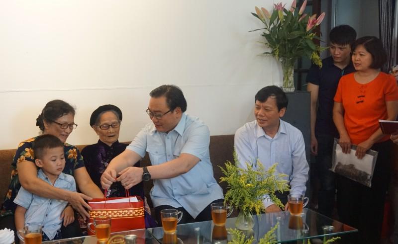 Bí thư Thành ủy Hoàng Trung Hải thăm các gia đình chính sách