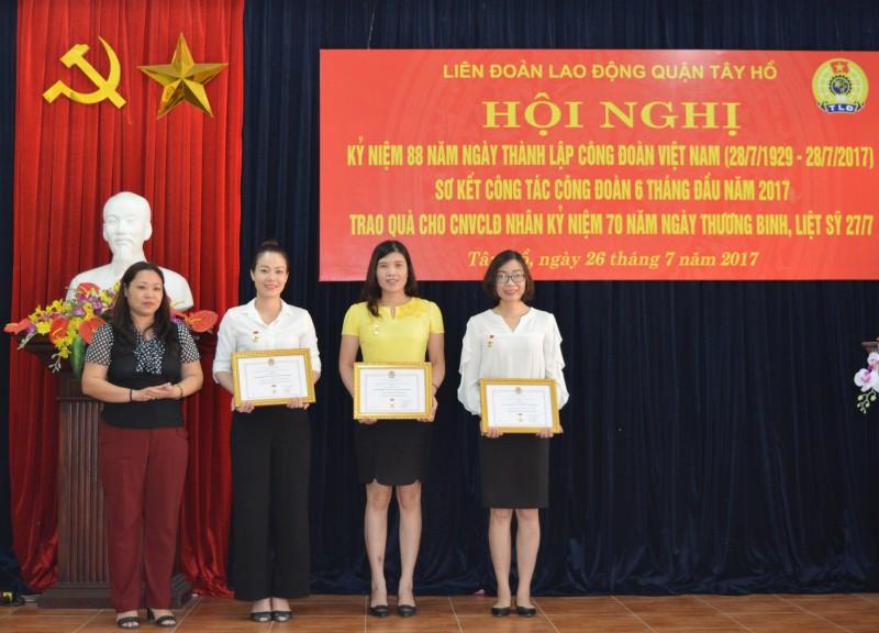 LĐLĐ quận Tây Hồ: 3 cán bộ nhận kỷ niệm chương Vì sự nghiệp công đoàn