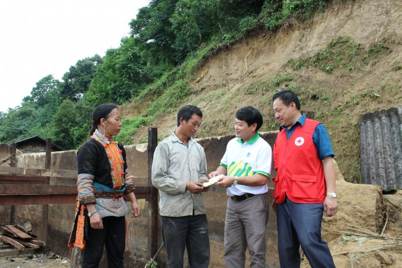 Cứu trợ đồng bào bị thiệt hại do mưa lũ tại tỉnh Lai Châu