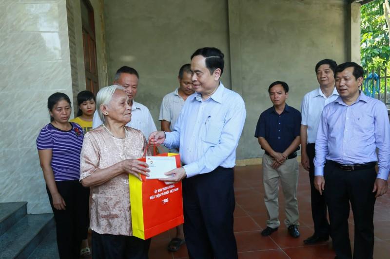 Thăm, tặng quà tri ân các gia đình chính sách tỉnh Tuyên Quang