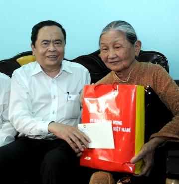 Thăm, tặng quà các gia đình chính sách tại TP Hải Phòng