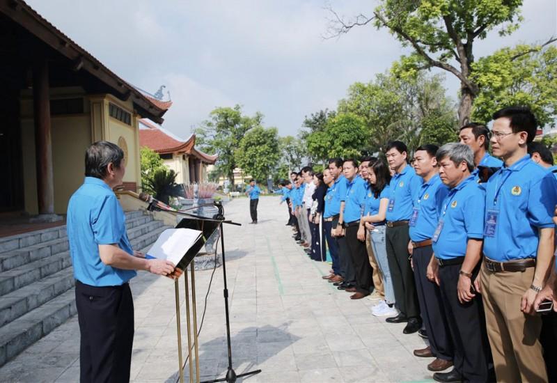 100 cán bộ công đoàn tiêu biểu dâng hương tưởng niệm đồng chí Nguyễn Văn Linh