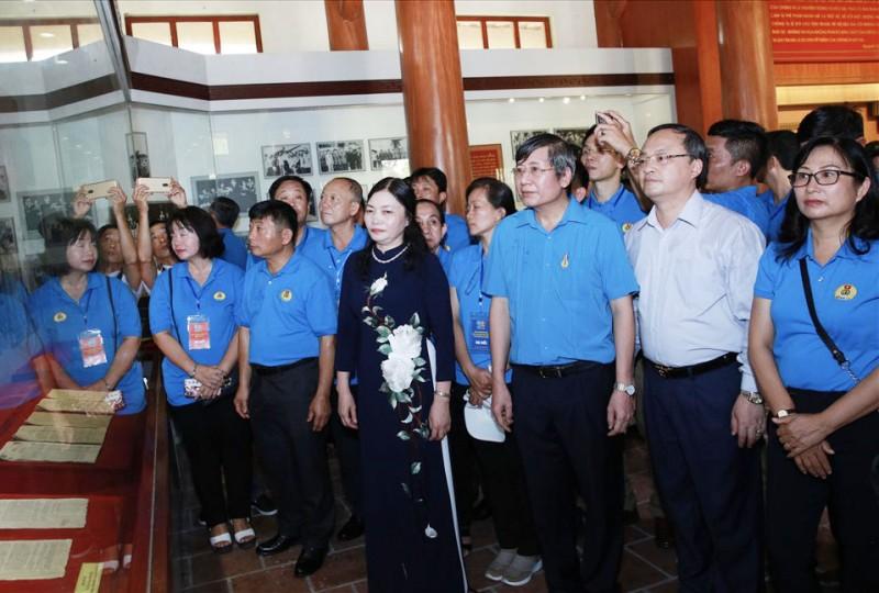 100 can bo cong doan tieu bieu dang huong tuong niem dong chi nguyen van linh