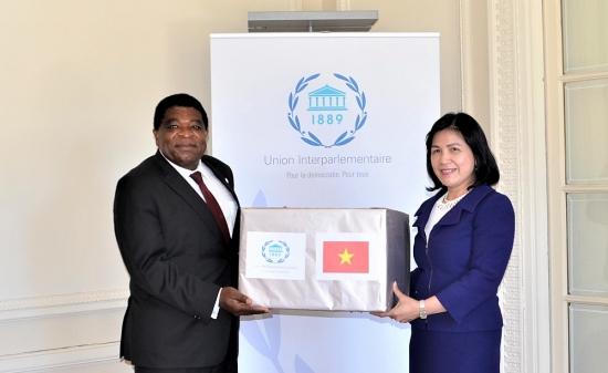 Trao khẩu trang y tế của Quốc hội Việt Nam gửi tặng Ban Thư ký Liên minh Nghị viện thế giới
