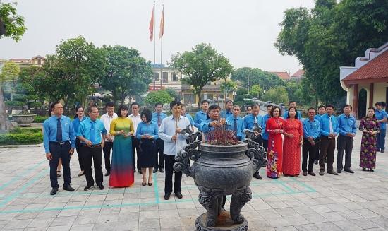 Đoàn cán bộ công đoàn tiêu biểu dâng hương tưởng niệm đồng chí Nguyễn Văn Linh