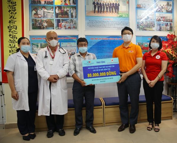 Trao tặng phí phẫu thuật thay máy tạo nhịp tim cho gia đình bệnh nhi ở Thanh Trì, Hà Nội