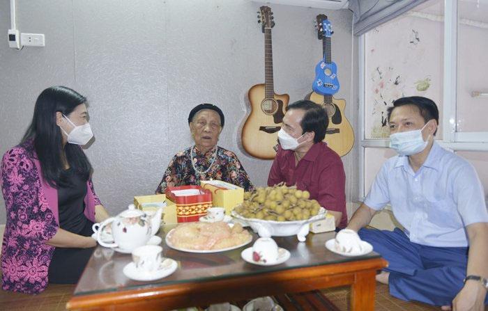 Chủ tịch Ủy ban Mặt trận Tổ quốc Thành phố thăm gia đình chính sách tiêu biểu
