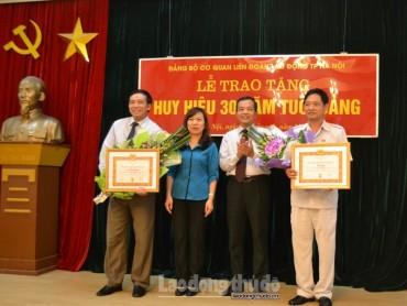 Trao tặng Huy hiệu 30 năm tuổi Đảng tới 2 đảng viên