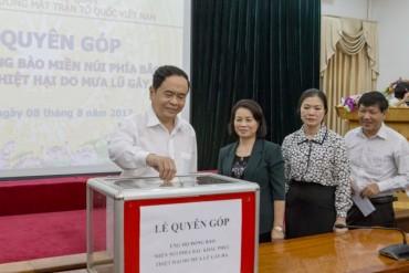 Đoàn viên Công đoàn Ủy ban MTTQ Việt Nam ủng hộ đồng bào vùng mưa lũ