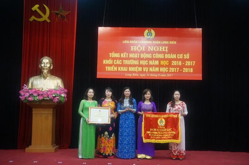 LĐLĐ quận Long Biên: Khen thưởng 36 Công đoàn trường học và giáo viên