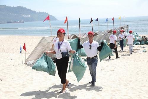 Đà Nẵng: Hơn 800 tình nguyện viên chung tay dọn sạch rác bãi biển Kim Liên