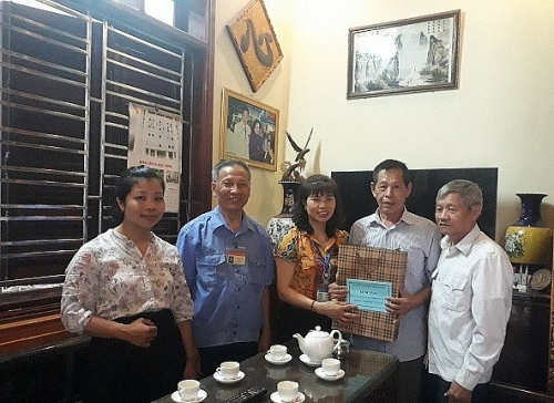 Phường Việt Hưng thăm, tặng quà các chiến sỹ cách mạng bị địch bắt, tù đày