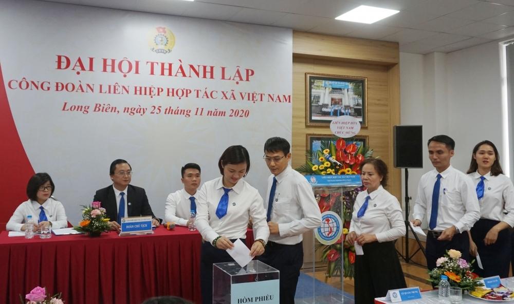 Xây dựng giai cấp công nhân hiện đại, lớn mạnh và tổ chức Công đoàn Việt Nam vững mạnh