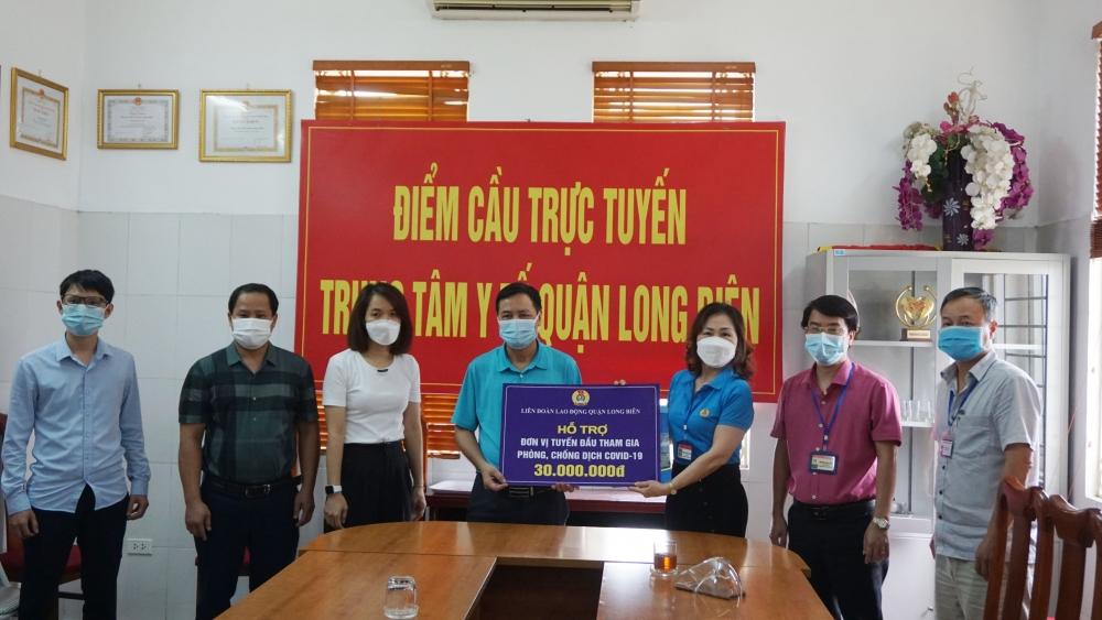 Liên đoàn Lao động quận Long Biên thăm, tặng quà cán bộ, nhân viên y tế tuyến đầu chống dịch