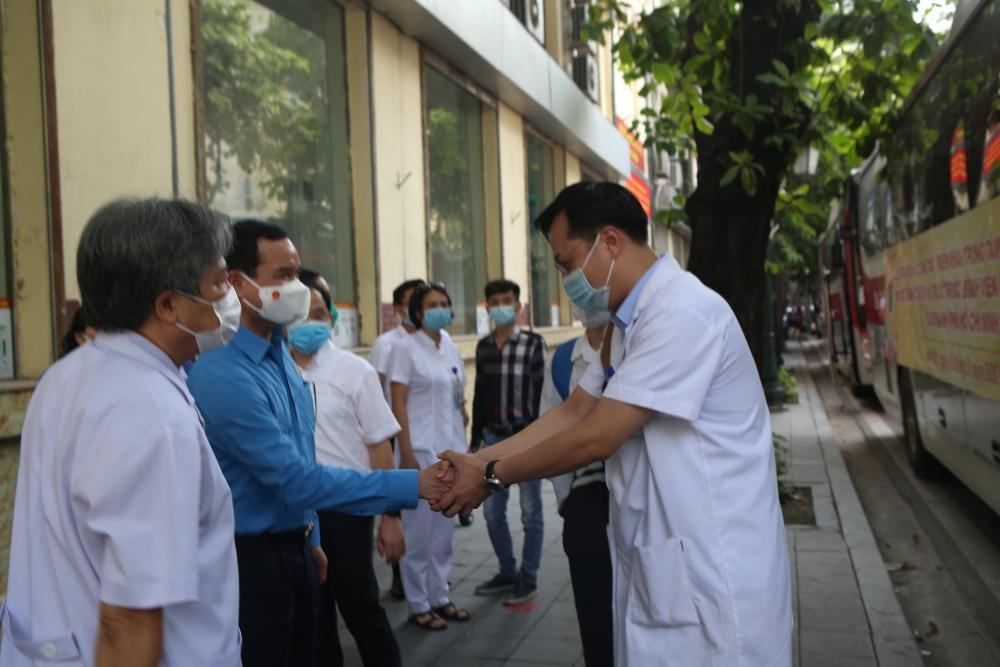 Công đoàn hỗ trợ tiền ăn cho lực lượng y tế tăng cường chống dịch tại các tỉnh, thành phố phía Nam