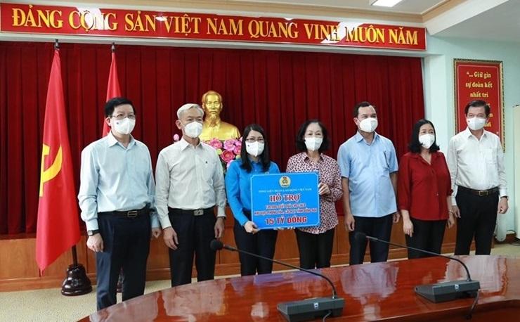 Trao hỗ trợ 25 tỷ đồng tới người lao động, nhân viên y tế tuyến đầu chống dịch tỉnh Đồng Nai