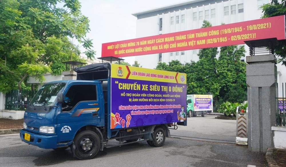 """3 """"Chuyến xe siêu thị 0 đồng"""" chuyển 339 phần quà chia sẻ khó khăn với người lao động quận Long Biên"""