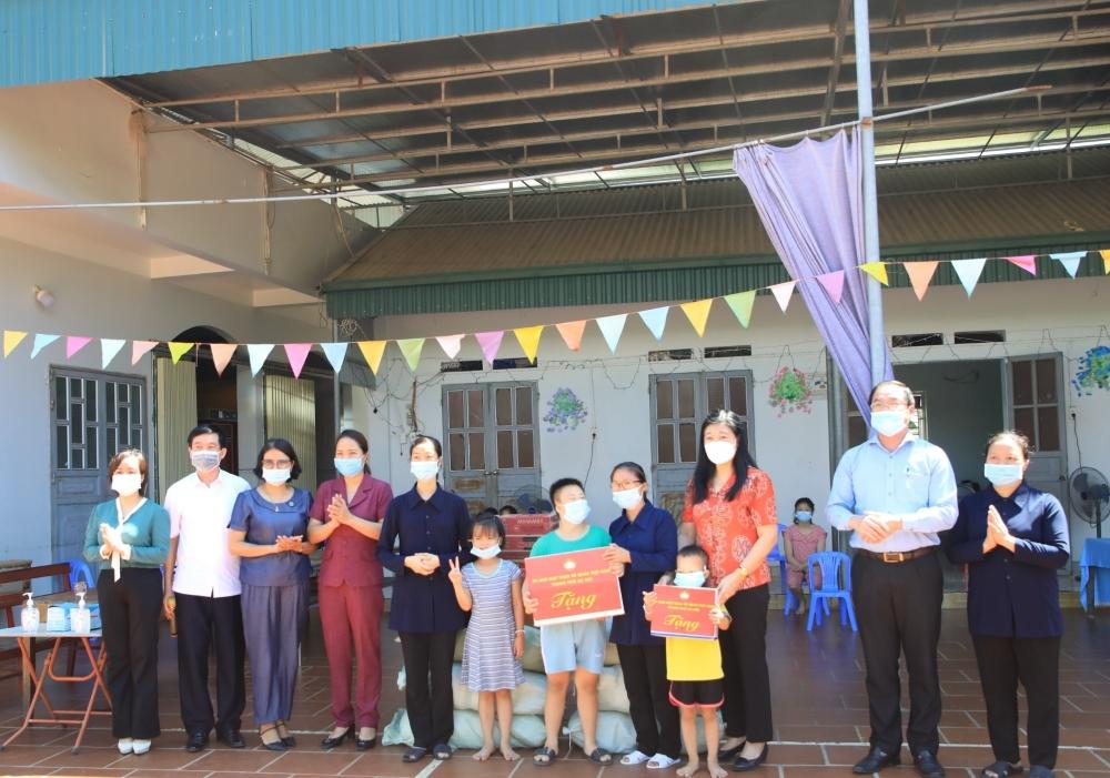 Chủ tịch Ủy ban MTTQ Việt Nam thành phố Hà Nội thăm, tặng quà Mái ấm Thánh Tâm