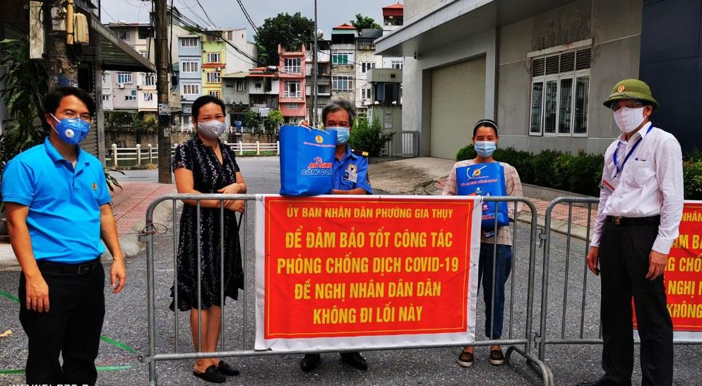 """Thêm 598 túi quà """"An sinh Công đoàn"""" từ """"Chuyến xe siêu thị 0 đồng"""" tới với người lao động quận Long Biên"""