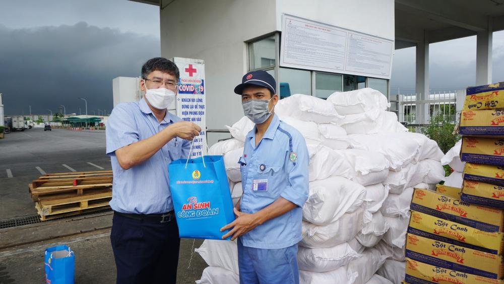 """""""Xe buýt siêu thị 0 đồng"""" vượt mưa chuyển quà hỗ trợ người lao động Khu Công nghiệp và Chế xuất Hà Nội"""