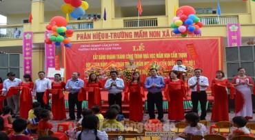 Tặng quà hơn 3,3 tỉ đồng đến học trò Cẩm Thịnh ngày khai trường