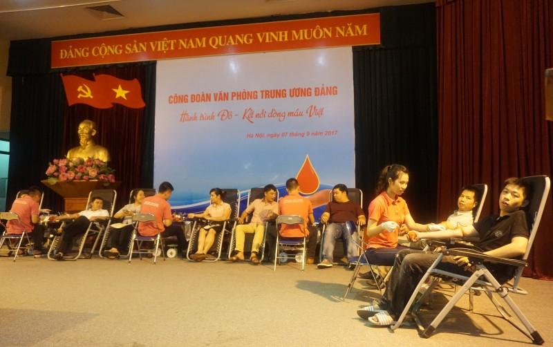 Đoàn viên Công đoàn Văn phòng Trung ương Đảng tham gia hiến máu nhân đạo